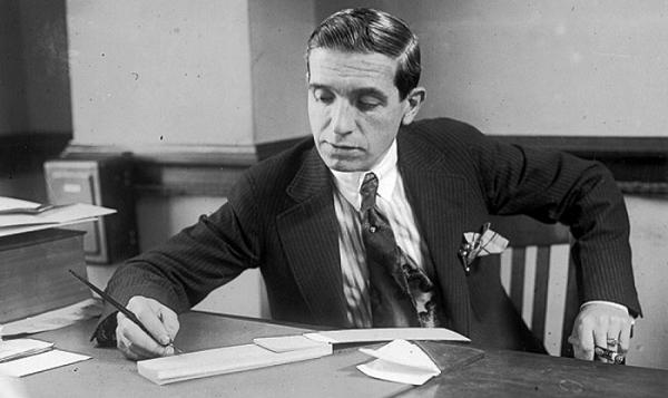 Charles Ponzi notuje przy biurku