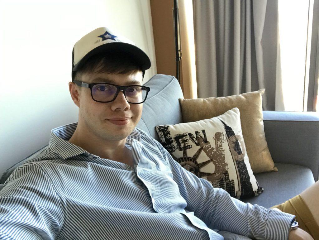 Ekspert Afiliacji MoneyGenius Łukasz Cichocki w apartamencie w Sky Tower