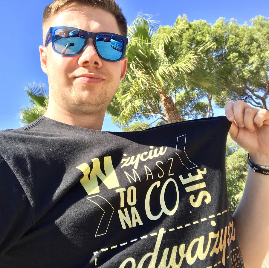 Łukasz Cichocki w koszulce MoneyGenius