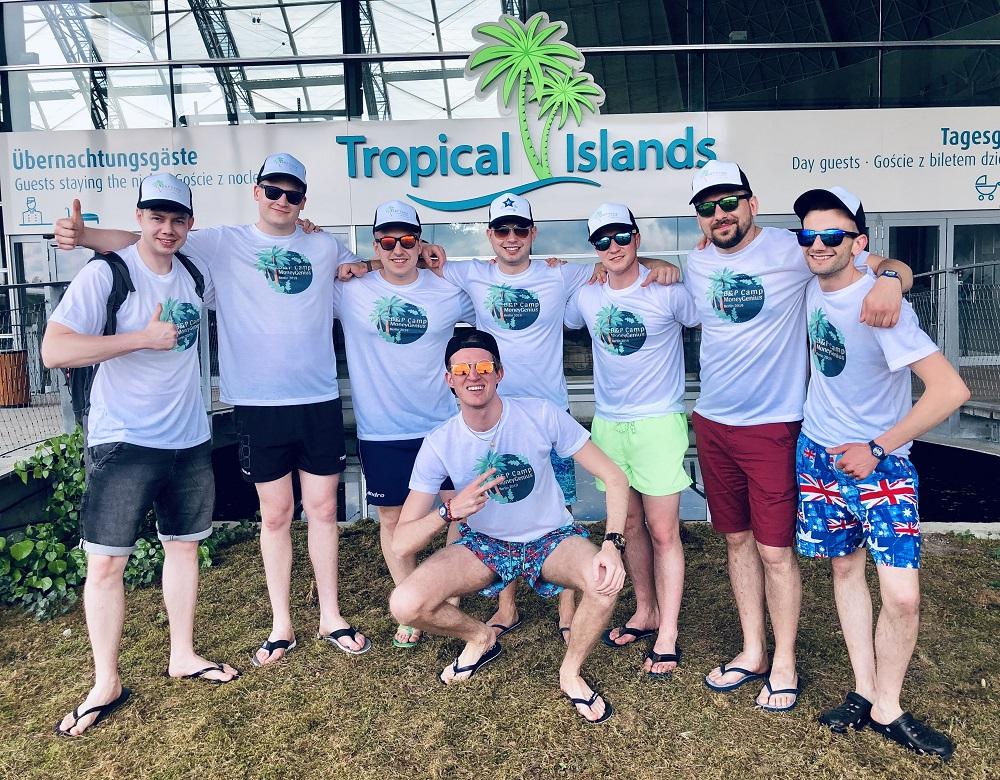 Ekipa MoneyGenius przed wejściem na Tropical Islands