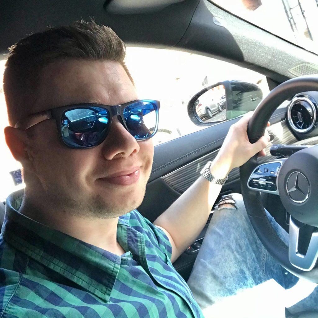 Łukasz Cichocki w swoim Mercedesie CLA