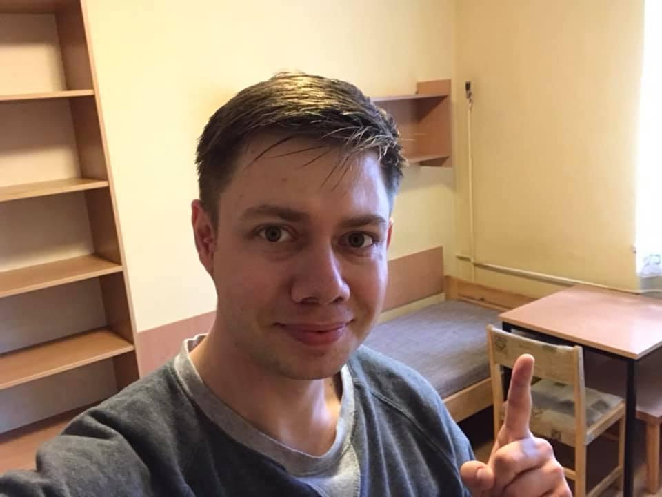 Łukasz Cichocki w swoim pokoju w Akademiku UMK